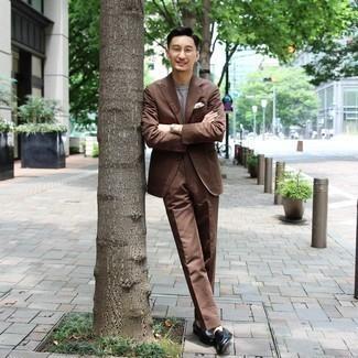 Comment porter une pochette de costume blanche: Associe un costume marron avec une pochette de costume blanche pour une tenue idéale le week-end. Ajoute une paire de slippers en cuir vert foncé à ton look pour une amélioration instantanée de ton style.