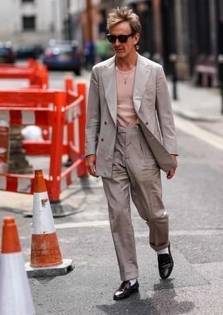 Comment porter des bretelles: Essaie d'associer un costume gris avec des bretelles pour une tenue idéale le week-end. Jouez la carte classique pour les chaussures et assortis cette tenue avec une paire de slippers en cuir marron foncé.