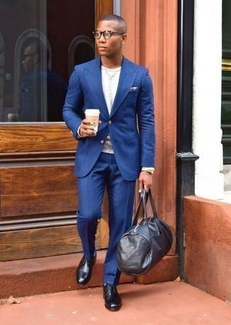 Comment porter un fourre-tout en cuir noir: Pense à porter un costume bleu et un fourre-tout en cuir noir pour une tenue idéale le week-end. Une paire de des chaussures derby en cuir noires apportera une esthétique classique à l'ensemble.
