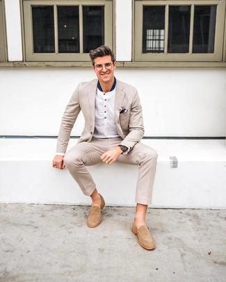 Comment porter: costume beige, t-shirt à manche longue et col boutonné blanc, slippers en daim beiges, pochette de costume imprimée bleu marine