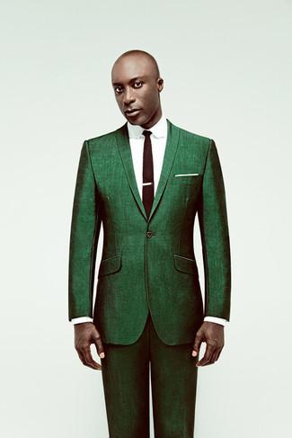 Tenue de Dermot O'Leary: Costume vert, Chemise de ville blanche, Cravate en tricot marron foncé, Pochette de costume blanche