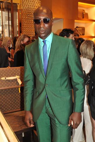 Tenue de Dermot O'Leary: Costume vert, Chemise de ville vert menthe, Cravate à carreaux bleue, Lunettes de soleil marron foncé