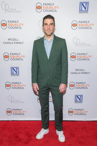 Comment porter: costume vert foncé, chemise à manches longues à rayures verticales bleu clair, baskets basses en cuir blanches