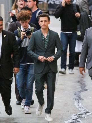 Comment porter: costume vert foncé, chemise à manches longues à rayures horizontales vert foncé, montre en cuir beige, montre en cuir noire
