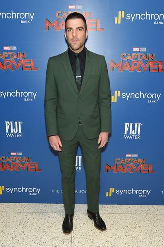 Comment porter: costume vert foncé, chemise de ville noire, bottines chelsea en cuir noires, cravate vert foncé