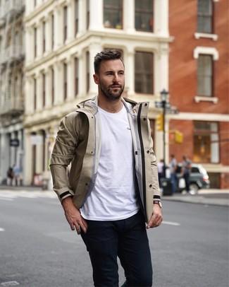 Comment porter: coupe-vent beige, t-shirt à col rond blanc, pantalon chino noir, montre en cuir marron foncé