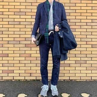 Comment porter des chaussures de sport grises: Pour une tenue de tous les jours pleine de caractère et de personnalité essaie d'associer un coupe-vent bleu marine avec un pantalon chino bleu marine. Pour les chaussures, fais un choix décontracté avec une paire de des chaussures de sport grises.