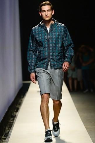 Comment porter: coupe-vent á pois bleu canard, t-shirt à col rond blanc, short gris, chaussures de sport grises