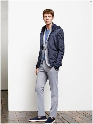 Pense à opter pour un coupe-vent bleu marine hommes Napapijri et un costume gris pour une silhouette classique et raffinée. Décoince cette tenue avec une paire de des baskets à enfiler en daim bleues marine.