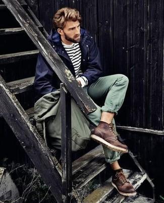 Opte pour un coupe-vent bleu marine avec un pantalon chino vert pour une tenue confortable aussi composée avec goût. Jouez la carte décontractée pour les chaussures et opte pour une paire de des bottes de travail en cuir brunes foncées.