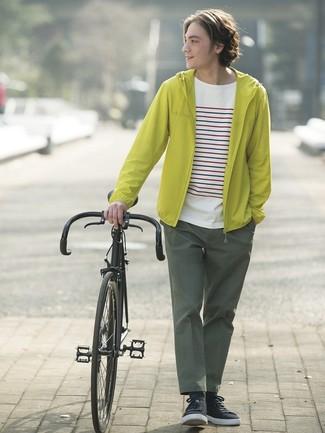 Comment porter: coupe-vent chartreuse, t-shirt à col rond à rayures horizontales blanc, pantalon chino vert foncé, baskets basses noires