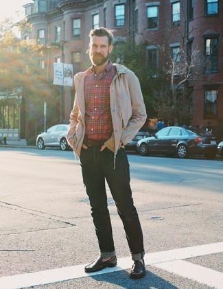 Comment porter une ceinture en cuir marron foncé: Porte un coupe-vent beige et une ceinture en cuir marron foncé pour une tenue idéale le week-end. Choisis une paire de des mocassins en cuir marron foncé pour afficher ton expertise vestimentaire.