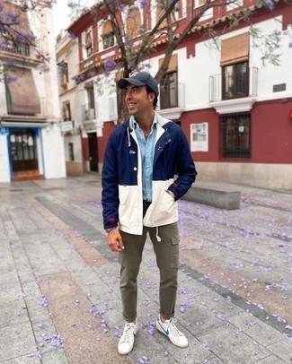 Comment s'habiller après 40 ans: Pense à porter un coupe-vent bleu marine et blanc et un pantalon cargo olive pour obtenir un look relax mais stylé. Une paire de baskets basses en cuir blanc et bleu est une option astucieux pour complèter cette tenue.