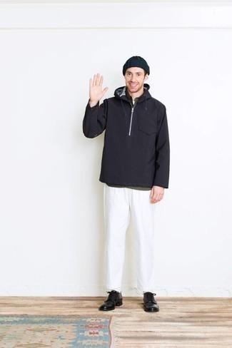 Comment porter un pantalon chino blanc: Associe un coupe-vent bleu marine avec un pantalon chino blanc pour un déjeuner le dimanche entre amis. Une paire de des chaussures derby en cuir noires apportera une esthétique classique à l'ensemble.