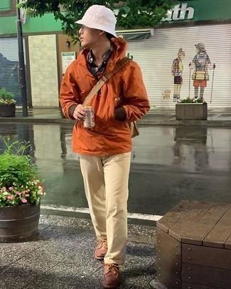 Comment porter un bob: Pour une tenue aussi confortable que ton canapé, essaie d'associer un coupe-vent orange avec un bob. Jouez la carte classique pour les chaussures et choisis une paire de des chaussures derby en cuir marron.