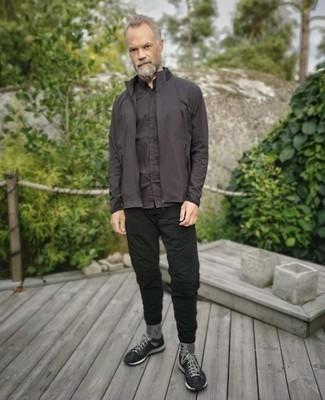 Comment s'habiller après 40 ans: Pour créer une tenue idéale pour un déjeuner entre amis le week-end, associe un coupe-vent marron foncé avec un pantalon chino noir.