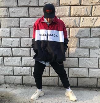 Comment porter: coupe-vent blanc et rouge et bleu marine, chemise à manches longues à rayures verticales bleu clair, pantalon de jogging noir, chaussures de sport beiges