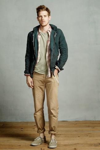 Comment porter: coupe-vent vert foncé, chemise à manches longues écossaise blanc et rouge, t-shirt à col rond vert menthe, jean marron clair