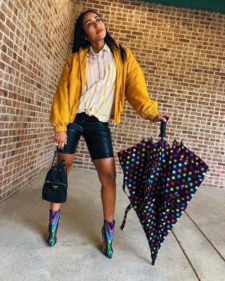 Comment porter: coupe-vent moutarde, chemise de ville à rayures verticales jaune, short cycliste en cuir noir, bottines pailletées multicolores