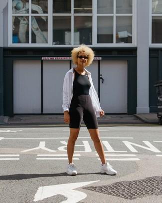 Comment porter: coupe-vent blanc, débardeur noir, short cycliste noir, chaussures de sport blanches
