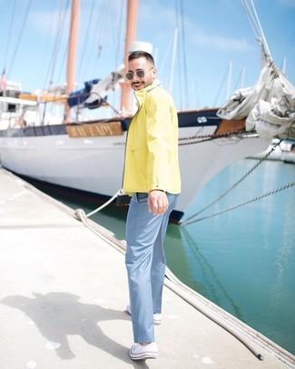 Comment porter des baskets basses en toile blanches: La polyvalence d'un coupe-vent jaune et d'un pantalon chino bleu clair en fait des pièces de valeur sûre. Cette tenue se complète parfaitement avec une paire de des baskets basses en toile blanches.