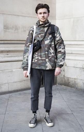 Comment porter un jean gris foncé: Marie un coupe-vent camouflage olive avec un jean gris foncé pour un déjeuner le dimanche entre amis. Si tu veux éviter un look trop formel, choisis une paire de des baskets montantes en toile noires et blanches.
