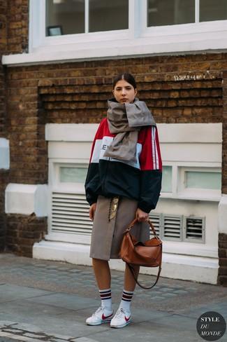 Comment porter: coupe-vent blanc et rouge et bleu marine, jupe mi-longue à carreaux marron, baskets basses en cuir blanches, sac fourre-tout en cuir tabac