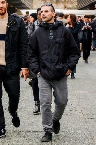 Comment porter un jean gris: Pour une tenue de tous les jours pleine de caractère et de personnalité pense à harmoniser un coupe-vent noir avec un jean gris. Une paire de des baskets basses en toile noires est une option parfait pour complèter cette tenue.