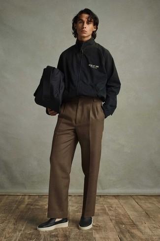 Comment s'habiller pour un style elégantes: Harmonise un coupe-vent noir avec un pantalon de costume marron pour un look pointu et élégant. Jouez la carte classique pour les chaussures et assortis cette tenue avec une paire de des slippers en cuir noirs.