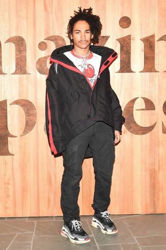 Comment porter: coupe-vent noir, t-shirt à col rond imprimé blanc et rouge, pantalon cargo noir, chaussures de sport noires
