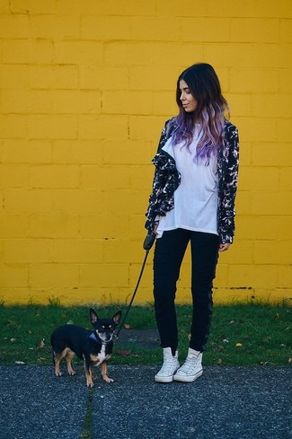 Comment porter: coupe-vent imprimé noir, t-shirt à col rond blanc, pantalon de jogging noir, baskets montantes blanches