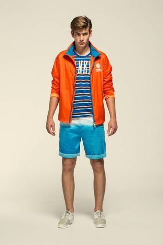 Comment porter: coupe-vent orange, t-shirt à col rond à rayures horizontales bleu, short turquoise, chaussures de sport beiges