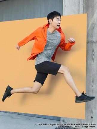Comment porter: coupe-vent orange, t-shirt à col rond gris, short noir, chaussures de sport noires