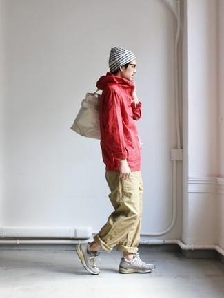 Comment porter un coupe-vent rouge: Pour créer une tenue idéale pour un déjeuner entre amis le week-end, essaie d'harmoniser un coupe-vent rouge avec un pantalon chino marron clair. Si tu veux éviter un look trop formel, complète cet ensemble avec une paire de des chaussures de sport grises.