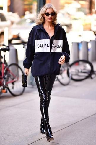 Comment porter: coupe-vent imprimé bleu marine, pantalon slim en cuir noir, bottines en cuir noires, pochette en cuir noire