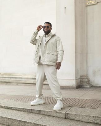 Tendances mode hommes: Pense à marier un coupe-vent blanc avec un pantalon de jogging blanc pour une tenue idéale le week-end. Tu veux y aller doucement avec les chaussures? Assortis cette tenue avec une paire de chaussures de sport blanches pour la journée.