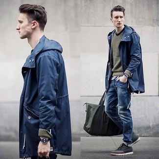 Les journées chargées nécessitent une tenue simple mais stylée, comme un coupe-vent bleu marine Napapijri et un jean bleu. Une paire de des bottines chukka en cuir gris foncé rendra élégant même le plus décontracté des looks.