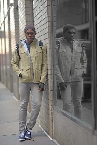 Comment porter: coupe-vent marron clair, pull à col rond bleu, jean skinny gris, baskets basses en toile bleu marine