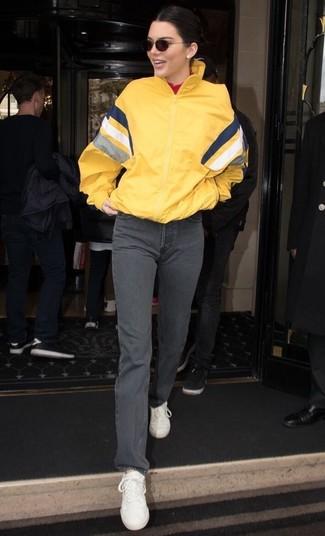 Comment porter: coupe-vent jaune, pull à col roulé rouge, jean gris, baskets basses en cuir blanches