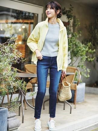 Comment porter: coupe-vent jaune, pull à manches courtes gris, jean skinny bleu marine, baskets basses en toile blanches