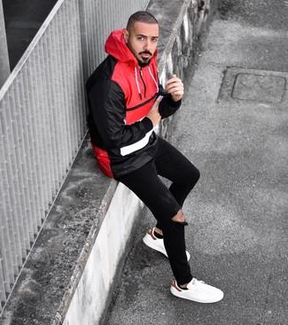 Comment porter: coupe-vent rouge et noir, jean skinny déchiré noir, baskets basses en cuir blanches, chaussettes invisibles noires