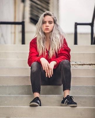Tendances mode femmes: Essaie d'harmoniser un coupe-vent rouge avec un jean skinny gris foncé pour une tenue relax mais stylée. Complète ce look avec une paire de des baskets basses noires.