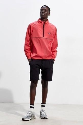 Comment porter un coupe-vent rouge: Essaie d'associer un coupe-vent rouge avec un short de running noir pour une tenue relax mais stylée. Cette tenue est parfait avec une paire de des chaussures de sport grises.