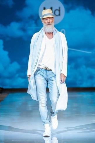 Comment porter un t-shirt à col en v blanc pour un style relax: Opte pour le confort dans un t-shirt à col en v blanc et un jean skinny déchiré bleu clair. Jouez la carte classique pour les chaussures et fais d'une paire de des baskets montantes blanches ton choix de souliers.