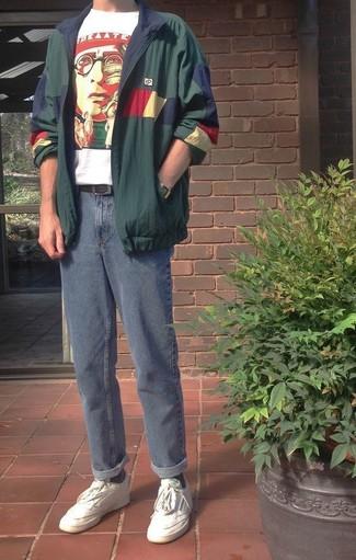 Comment porter: coupe-vent vert foncé, t-shirt à col rond imprimé blanc et rouge, jean bleu, baskets basses en cuir blanches