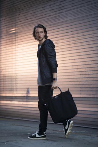 Comment porter: coupe-vent noir, t-shirt à col rond à rayures horizontales blanc et noir, jean skinny noir, baskets montantes noires et blanches