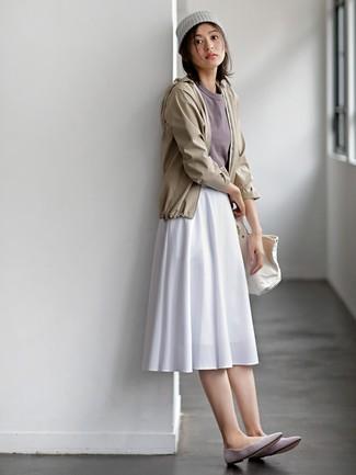 Comment porter: coupe-vent beige, t-shirt à col rond gris, jupe mi-longue plissée blanche, ballerines en daim grises