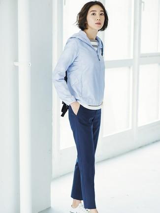 Comment porter: coupe-vent bleu clair, t-shirt à col rond à rayures horizontales blanc et noir, pantalon carotte bleu marine, baskets basses en toile blanches