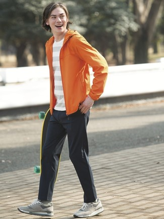 Comment porter: coupe-vent orange, t-shirt à col rond à rayures horizontales blanc, pantalon chino noir, baskets basses en daim grises