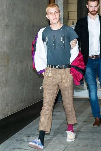 Comment porter: coupe-vent pourpre, t-shirt à col rond imprimé bleu canard, pantalon chino écossais marron, baskets basses en toile bleues